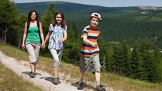 Kinder wandern im Sonnenwald