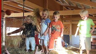 Spielende Kinder in der Spielscheune