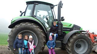 Kinder spielen auf Traktor
